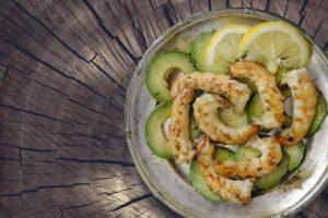 Lækker mad med rejer og avocado