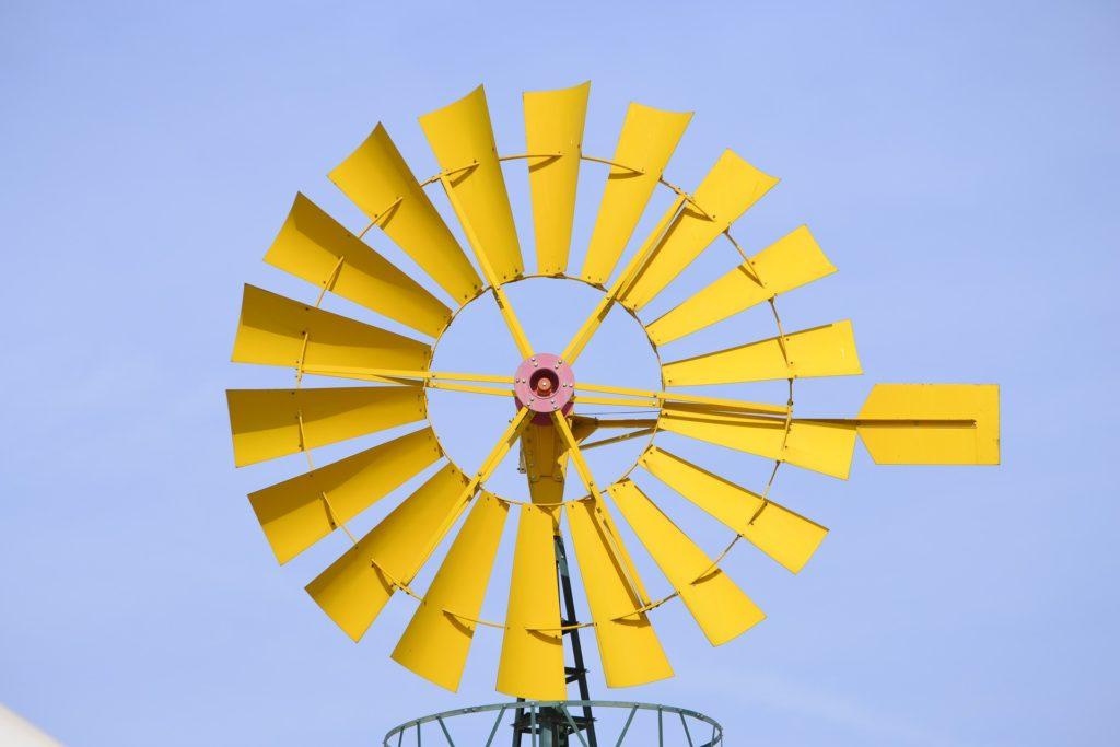 Vind blæst mølle gul